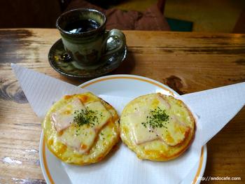 イングリッシュマフィンにハムとたっぷりのチーズがとろ~り。小腹が空いた時にちょうど良さそうですね。