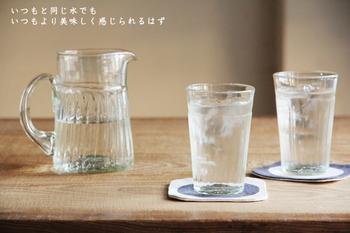 長野県東御市(とうみし)にある「ガラス工房 橙(だいだい)」にて、ご主人と奥様、ともにガラス職人であるおふたりが営む工房で作られたタンブラー。どこかあたたかみを感じさせる手吹きガラスらしいタンブラーは、一見すると透明のガラスに見えますが、よく見るとほんのりと緑がかっているのが特徴です。
