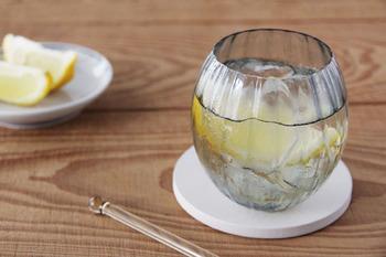 老舗のガラスメーカー「Sghr(スガハラ)」のグラス「ルンド」は、コロンと丸いフォルムがとても可愛らしい雰囲気。 「ルンド」は、ノルウェー語で「球」や「丸」という意味のことで、丸い氷を浮かべ、オンザロックを楽しむことをイメージしてつくられたそうです。グラスには珍しく丸い形ですが、線状につけられた模様があるため、滑りにくく、持ちやすいのも嬉しいポイント!