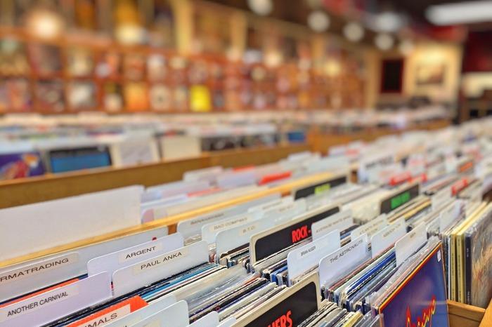 お目当てのあの曲を探しにレコード屋へ...のつもりが、ツボなジャケットに心を奪われ、レジに向かってしまう...なんて出会いもいいのです。だって自分の心がそうさせたのですから。ジャケットで選んだものが好きな感じの音楽だったというのはよくある話です。