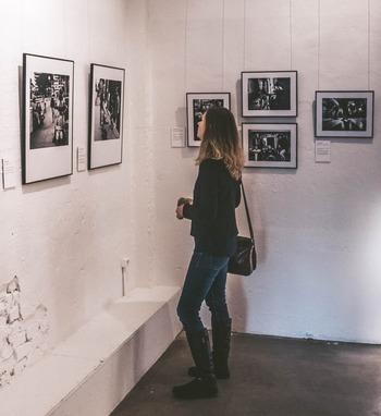 明解な回答がないアートの世界。それだけに、鑑賞者が自由に思いを巡らすことができます。好きな作家や企画で選んでもいいし、新しい世界と出会う気持ちでギャラリーや美術館に入ってみても。他人の考えに惑わされずに作品と向き合うためにも、ひとりで行くのがおすすめです。