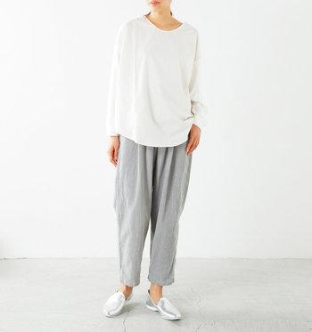 1点シルバーの小物をプラスするだけで、シンプルなスタイルに今年らしいモード感が生まれます。ラフなデザインにも似合い、白系ファッションと合わせれば抜け感も活かせます。