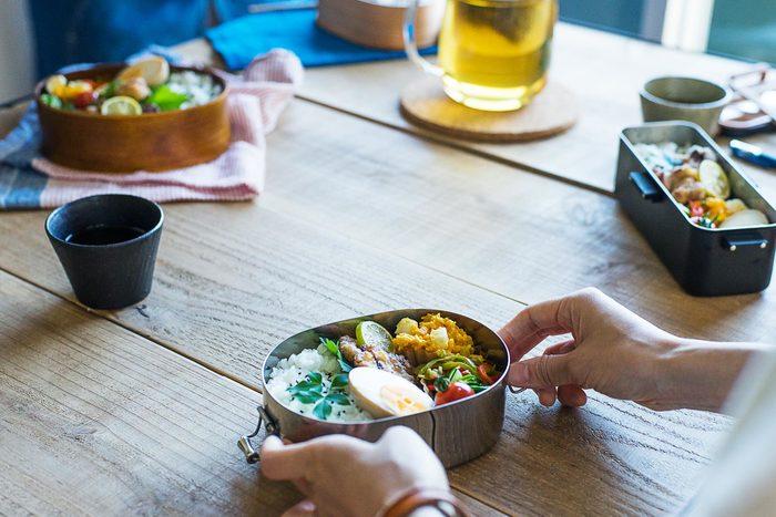 毎日のお弁当は、お昼の大切な楽しみです。すべてのおかずにあれこれ凝るのは大変ですが、お馴染みのおうちの味に一品だけでも華やかおかずが加わると、なんだかそれだけでいつものお弁当がランクアップして見えるはず。 今回ご紹介したレシピから、ぜひ新しい定番おかずを見つけてみて下さいね。