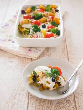 たくさんのお野菜と水切りヨーグルとを使った、まるでケーキのようなサラダです。彩りもキレイなので、野菜嫌いのお子様もパクパク食べてくれるかも!?