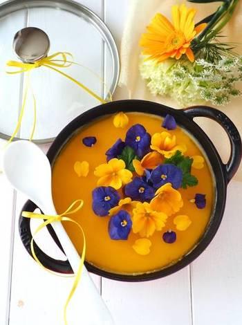こちらのレシピは、材料を鍋に入れて火にかけ、そのまま冷蔵庫で冷やし固めるだけてできちゃいます!お好みのフルーツソースを使えばいろんなバリエーションが楽しめますよ。季節のフルーツをトッピングするのもいいですね。