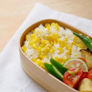 鮮やかな黄色が元気をくれそうなとうもろこしご飯。とうもろこしの旬を迎えたら、1本丸ごと使って作ってみましょう。ご飯を炊く時には芯も一緒に入れておくと甘みと風味が増すそうです。家族みんなが喜んでくれる、夏にぴったりのお弁当になりそうですね。