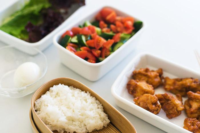 お弁当は、主食(ごはんなど)、主菜(お肉や魚などのメインのおかず)、副菜(野菜などのサブおかず)の3つを揃えることが基本です。全体の割合は、主食:主菜:副菜=3:1:2くらいが理想だそう。また、肉類や卵を使った炒飯や混ぜご飯などを主食にしたときは、主菜は控えて副菜を数品入れるだけでも良いでしょう。