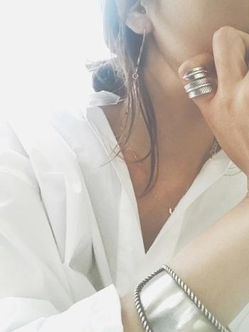 夏のアクセサリーが映える洋服と言えば、何と言っても白シャツ!こんな風にシルバーアクセサリーと合わせれば、クールでかっこよく、ゴールドと合わせれば上品に…など、どんなアクセサリーでもあなたの魅力を引き出してくれます。