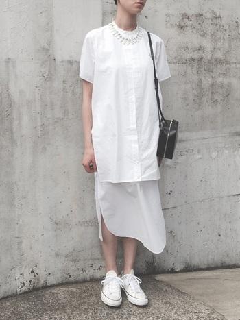 白のロングシャツをレイヤードしたような個性的な装いに同色のネックレスを合わせて。構築的なカッティングのシャツの一部となって、コーデ全体をキリっとまとめています。