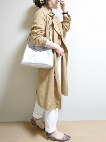 シンプルなお手頃バッグでも、シルバーなら高級感を漂わせてしまうから不思議。清楚な印象で、仕事用にもいいですね。