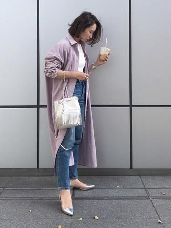 こなれ感のあるエレガントなメタリック・パンプス。無難になりがちなファッションにインパクトを添えます。ロングジャケットや黒系の重ためコーデに軽やかさを足すには絶好のアイテムです。