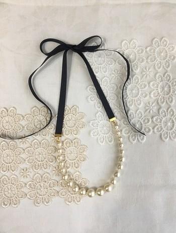 違うサイズのコットンパールがウェーブを描くように並ぶ、上品なネックレス。リボンの長さがたっぷりあるので、結ぶ位置でネックレスの長さを調節して楽しめます。