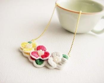カラフルな立体のお花刺繍が可愛いモチーフネックレス。使いたいモチーフがあれば、チェーンに通すだけで簡単に作ることができますよ!