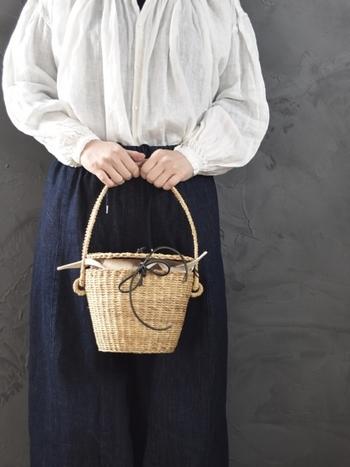 こちらのMUUNカゴバッグは、小ぶりサイズで蓋つきがキュートなデザインです。さりげなく施された革ひものリボンが、大人のナチュラルコーデにもピッタリ。荷物の少ない方や、ちょっとしたお買い物におすすめのアイテムです。
