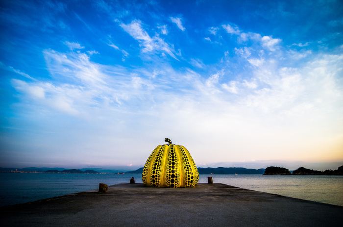 皆さん、香川県には足を運ばれたことがありますか? 一昔前までは、うどん県のイメージが強かった香川県ですが、CMなどの影響もあり現代アートの聖地としても有名になってきました。  画像は直島にある草間弥生さんの「南瓜(黄かぼちゃ)」。同じく直島にある「赤かぼちゃ」と共に人気の作品です。一度は見かけたことがある人も多いのでは?