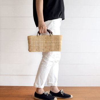 職人がひとつひとつ丁寧に編んで作った「松野屋」のカゴバッグは、ナチュラルな装いに馴染むシンプルさが魅力。横長でちょっぴり変わった形のバッグですが、底が平らになっているので荷物が入れやすい◎