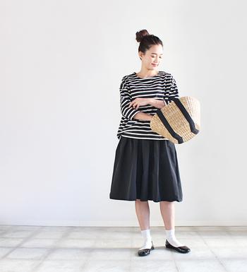 ボーダートップス×黒スカートに、黒のラインがあしらわれたカゴバッグをプラス。カゴバッグのアクセントカラーをコーデと合わせると、まとまりが出てシンプルながらもおしゃれなスタイリングに。