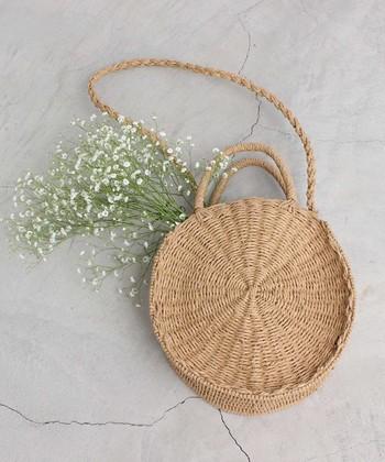 「bulle de savon(ビュルデサボン)」からは、丸いデザインが個性的なショルダーとしても使えるカゴバッグが登場。手持ちにしても方から掛けても目を惹くバッグは、夏のシンプルコーデに程よいアクセントを与えてくれます。