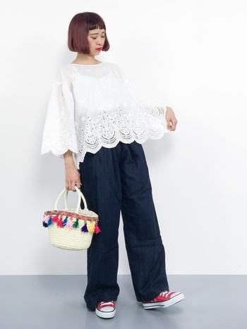 カラフルなフリンジが施された、個性的なミニカゴバッグ。白レーストップス×ワイドパンツのシンプルなベーシックアイテムと合わせることで、バッグのカラフルさが映える大人カワイイ着こなしを楽しめます。