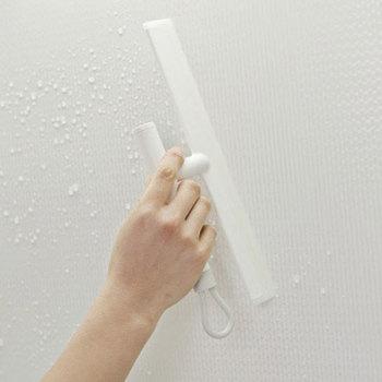 カビの原因となる水滴を落とすことができるスキージーは、スリムなボディで持ちやすいのがポイント。