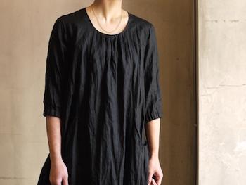 黒のワンピースの襟ぐりにゴールドのラインネックレスを合わせて。細いチェーンならではのさりげない繊細さが素敵です。