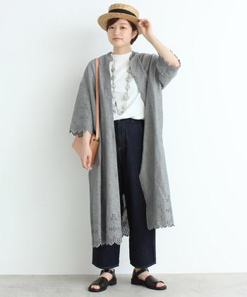 前を開けば袖や裾に施された刺繍が目を惹く、ガウンのようなシルエットに。白トップス×ワイドデニムのようなナチュラルコーデに合わせれば、大人のナチュラル・シックスタイルの完成です。