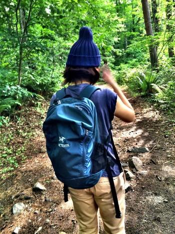 同じMANTISでも、色によって印象が変わります。Tシャツ、チノパン、ニット帽と合わせてカジュアルなハイキングにも♪