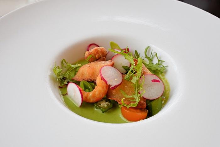 有機野菜や瀬戸内で獲れた魚介類など、素材にこだわったフレンチは彩りもきれい。食欲がそそられますね。