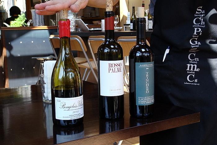 こちらで提供しているのは生産者の想いが詰まった、人にも地球にも優しい「⾃然派ワイン」。グラスでは、⽩、⾚それぞれ8種程度。ボトルでは、なんと90~100種を揃えているそうです。お好みの⼀杯を見つける、ここならではの体験を楽しんで。