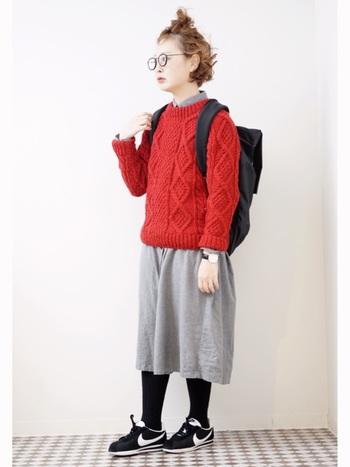 真っ赤なセーターに眼鏡とリュック、まるで外国の少年のようなコーディネート♪柄物だけでなく、色の主張が強いものとも、うまくなじんでくれます◎