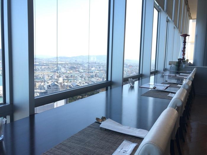 窓に向かい合うように席が設けられていて、景色を楽しみながら本格中華を頂けます。この他、12名まで利用できる個室もあります。