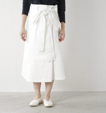 近年、おしゃれ感度の高い女性の間でマストアイテムとなっている「ロングスカート」。ナチュラルなエスパドリーユと組み合わせて、夏のトレンドスタイルを完成させましょう。