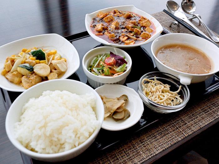 ランチはボリュームたっぷり!この他に、デザートとして杏仁豆腐も付きます。こちらはメインが2品ですが、「ちょっと量が多いかも」という人には1品のセットも選べます。