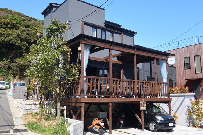 長谷駅から徒歩約5分。今年の3月にオープンしたばかりの注目スポットが、こちらの「m's terrace Kamakura(エムズテラス カマクラ)」。このように、開放感のあるテラス席がついていますよ♪  「金曜と土曜」の週二日のみ、23:00までのバータイム営業を実施。その他の曜日は、基本、日没までのカフェタイム営業となっています。平日仕事の方は、土曜日の休日にうかがえますね。