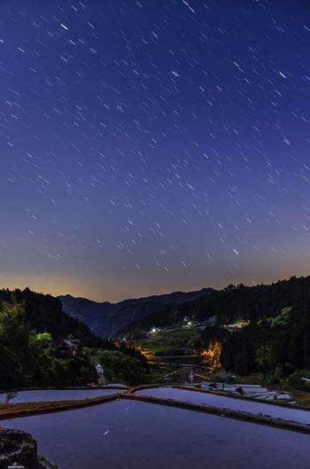 空気が澄んだ四谷千枚田周辺では、夜になると星々が美しく煌めきます。藍色の夜空が、満天の星空へと変貌する様は、まるで紺色のベルベットに宝石を散りばめたかのようです。