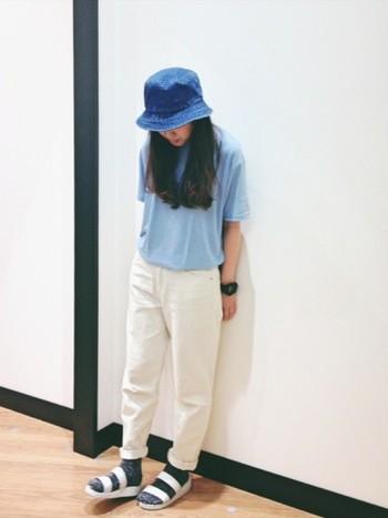 夏気分を盛り上げるブルー×ホワイトのカジュアルスタイルは、ホワイトカラーのパンツに同色のスポーツサンダルを合わせて。グレーのソックスが程よい抜け感を作っています。