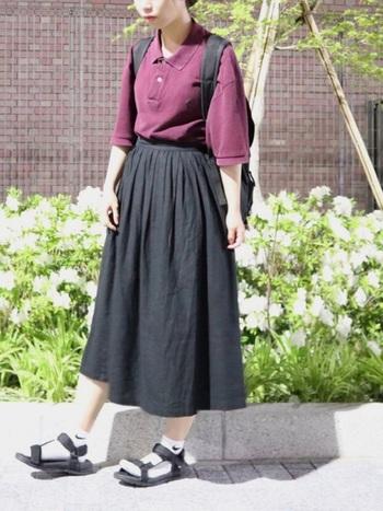 バーガンディーのポロシャツに黒のロングスカートを合わせたスポーツガーリーテイストに、ナイキのスポーツソックス×スポーツサンダルでストリート感をアップ!安定感のあるスポーツサンダルでスカートスタイルを軽快に。
