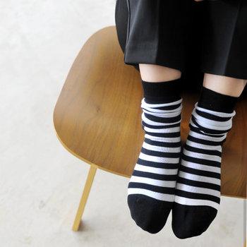 無地の着こなしに表情を作ってくれる「柄物」のアイテム。流行に囚われず、シンプル&ナチュラルなスタイルに馴染んでくれる「ボーダー柄」は、靴下でもぜひ一つ持っておきたい柄。