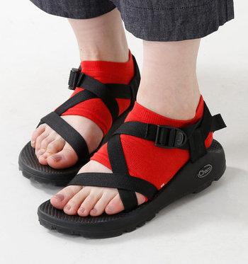 """機能的でシンプルな「スポーツサンダル」は、靴下ひとつで大きく印象が変わります。コーデがマンネリぎみ…という時は、プラス""""靴下""""で足元からちょっぴり冒険してみましょう!"""