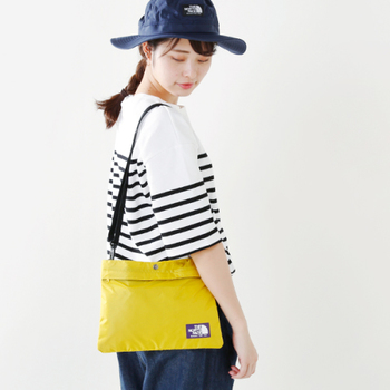 アウトドアでは、大き目バッグに加えて、斜め掛けできる小さ目ショルダーがあると便利。スマホやお財布など大事なものを入れておくのに重宝します。