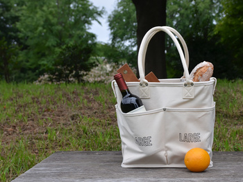 ナチュラルなキャンバス地が魅力のバッグ「VegieBAG(ベジバッグ)」。もともとは野菜を入れて保管しておくためのものですが、丈夫なつくりなのでアウトドアシーンにも活躍します。