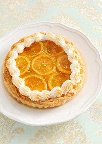 映画のワンシーンに出てくるようなロマンティックなレモン尽くしのパイ。きび砂糖とレモンで作ったレモンカスタードの上にレモンのコンポートをしきつめて。レモンの断面にきゅんとくる一品です。