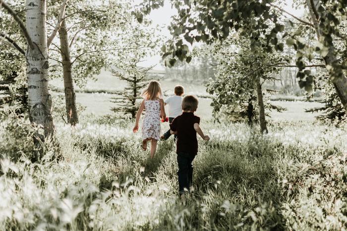 日常であまり触れることのない自然について学ぶことで、子どもは親の想像以上に成長します。専門家から教わったり、植物に直接触れたりする中で、子どもは五感を磨いていくんです。もちろん、親にとってもリフレッシュできるなどメリットはたくさん。