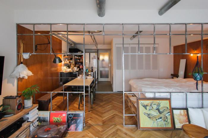 ほぼフルリノベーションを施したお部屋はヘリンボーン貼りのフローリングに、ワンルームをゆるやかに仕切るアイアンのフレームが個性的な組み合わせ。お気に入りのインテリアとの相性もばっちり。
