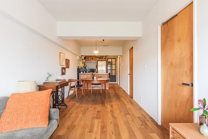 購入時からリノベ済み物件だったが、床材や壁材などをさらにリノベーションによって好みのものへ変えたお部屋。元の間取りを変えずに活かすことが費用を抑えるポイントだそう。