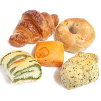 惣菜パンやサンドイッチも豊富です。 クロワッサンも見ただけでサクサク感が伝わってくるような焼き上がりで、とっても美味しそう!
