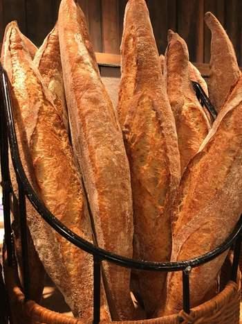 何かと忙しい朝、なんだか元気が出ない朝もあるけれど、そんな時こそ美味しいパンで一日をはじめてみませんか? 朝早くからオープンしているパン屋さんなら、出勤前に立ち寄ることもできます。