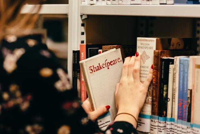 ひとり時間は知的好奇心を満たすために使ってもいいですね。毎日1時間は読書の時間と決めて、読み応えのある長編小説や古典に挑戦してみるのはいかがでしょうか。重たい分、読了後の達成感もひとしおです。