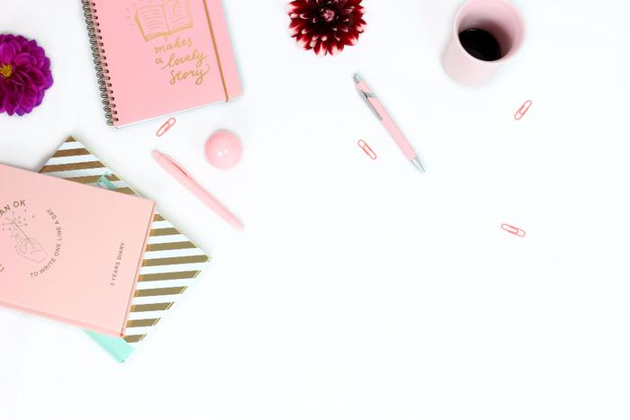 最初はネガティブな言葉が並ぶかもしれません。でも書いているうちに、気が晴れてきたり、自分でもわからなかった辛さの原因に気付いたり、自分を客観的に見ることで気持ちに変化が起こることも。  パソコンなどもありますが、きれば手書きで、明るい色の日記帳や好きな色のペンを使って、楽しい気持ちで日記に向かいましょう。