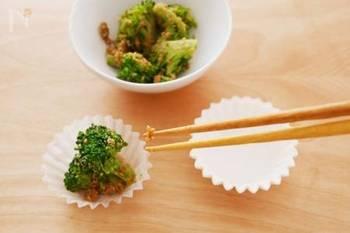 お弁当の彩りにもなるからとプリーツレタスなどを仕切りに使うと、そこから菌が繁殖しがちです。梅雨時から夏場にかけては、おかずカップを使うと安心です。